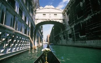 venice-bridge-sigh_2071424b